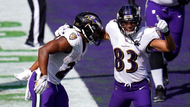 Jugadores de los Ravens festejan una anotación