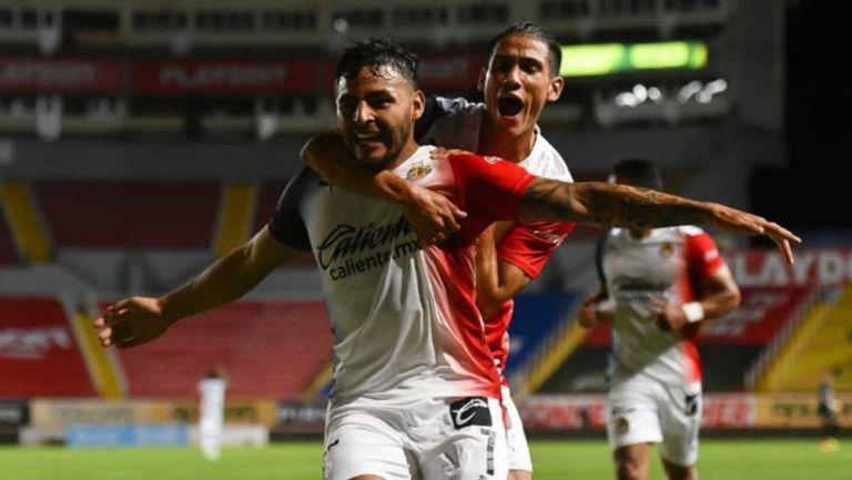 Alexis Vega y Uriel Antuna celebran el gol del triunfo