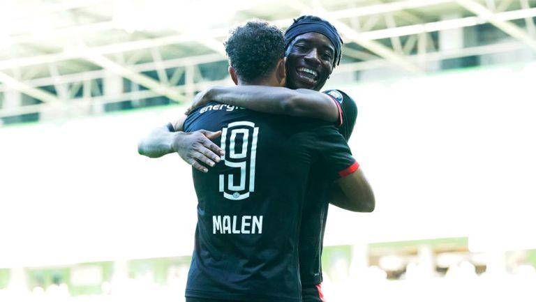 Jugadores del PSV festejan una anotación
