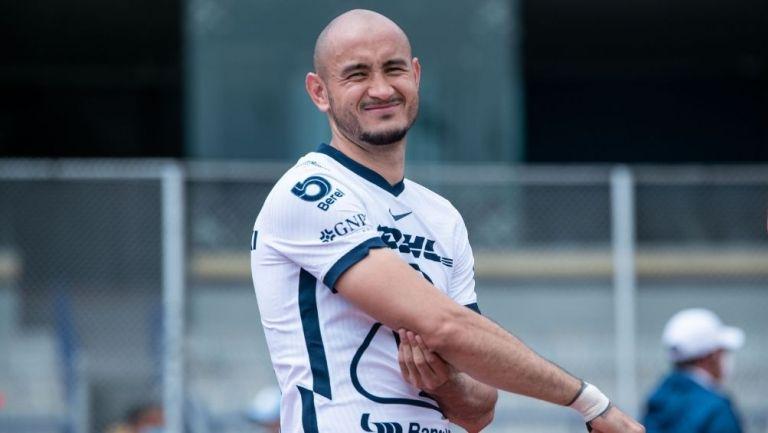 Carlos González durante el partido de Pumas