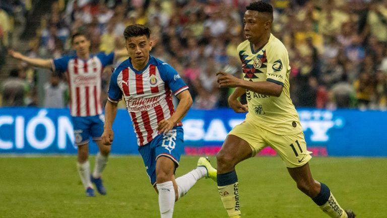 Ibargüen conduce el esférico en el último Clásico Nacional