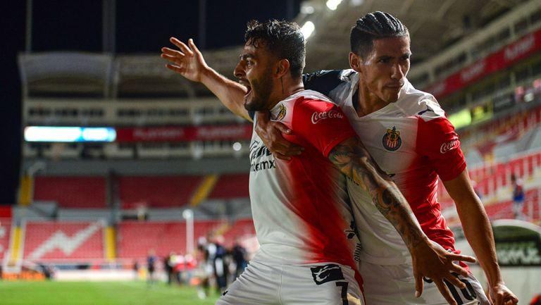 Alexis Vega y Uriel Antuna festejan un gol con Chivas