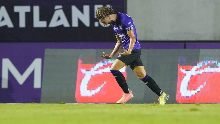César Huerta festeja un gol con Mazatlán