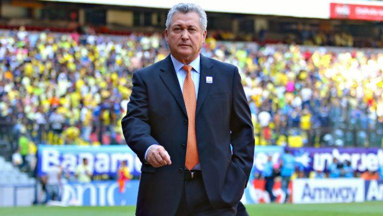 Víctor Manuel Vucetich, técnico de Chivas, en el Azteca