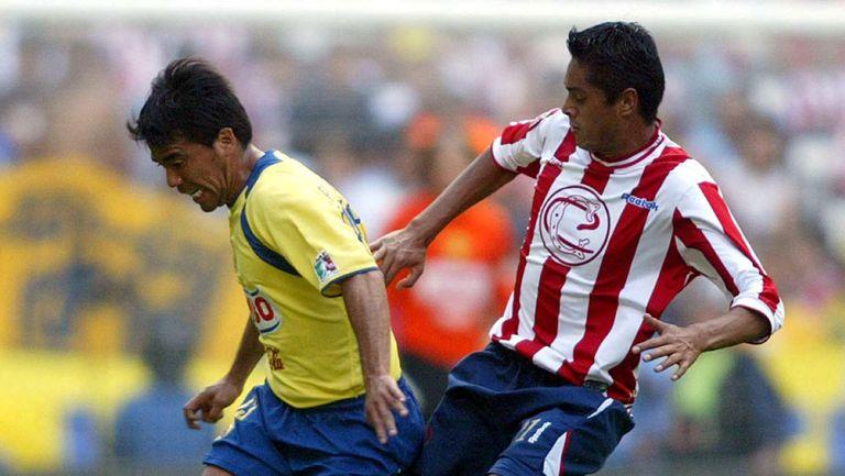 Pável Pardo en un partido contra Chivas