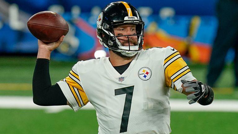 Big Ben prepara un pase en un juego de los Steelers