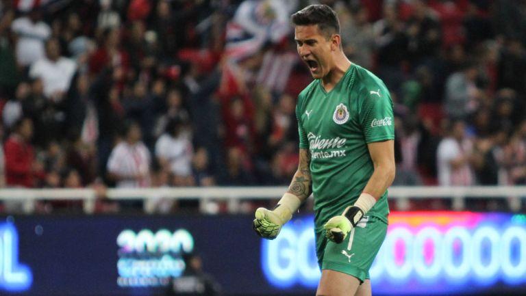 Raúl Gudiño festeja un gol de Chivas en Liga MX
