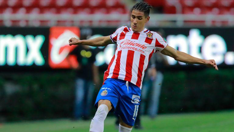 Antuna controla el balón en un juego de Chivas