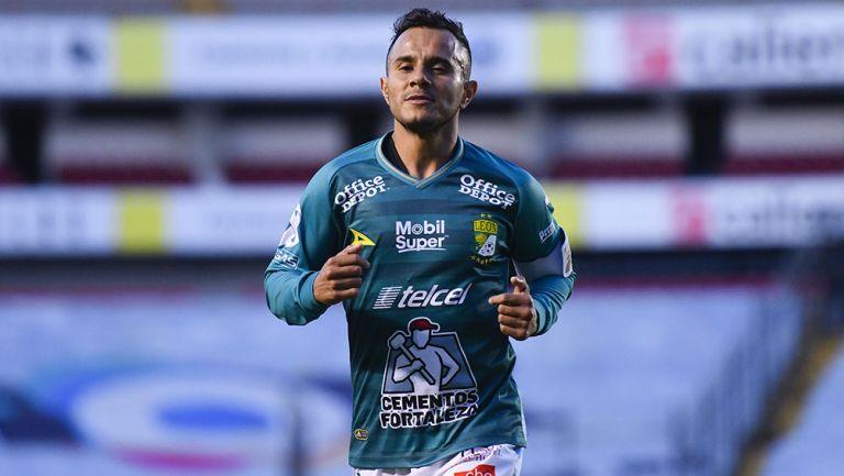 Luis Montes en partido con el León