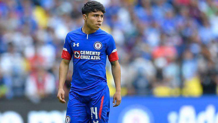 Misael Domínguez durante un duelo con Cruz Azul