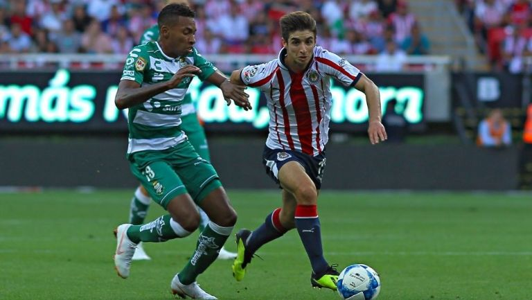 Ayrton Preciado en un juego con Santos