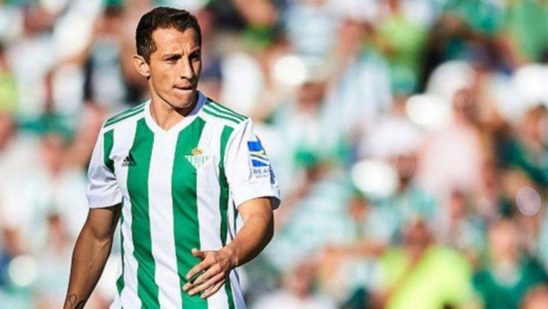 Andrés Guardado en partido con el Betis