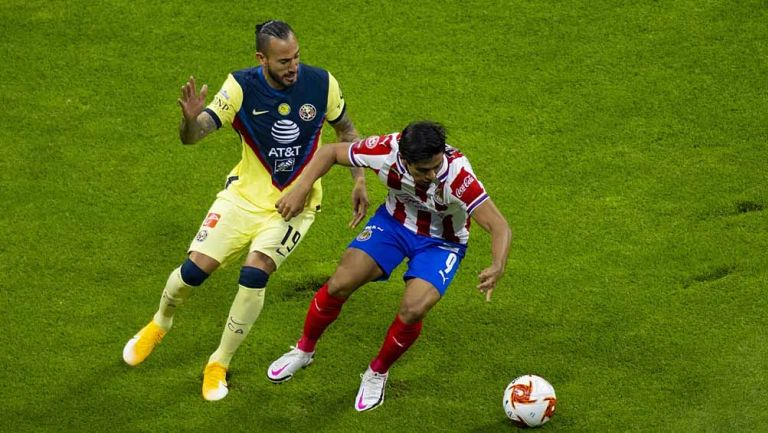 Emanuel Aguilera y JJ Macías disputan el balón