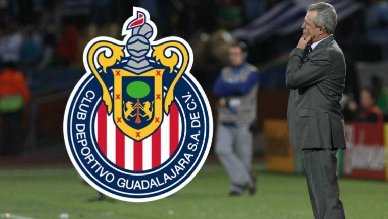 Javier Aguirre en la línea de banda dirigiendo