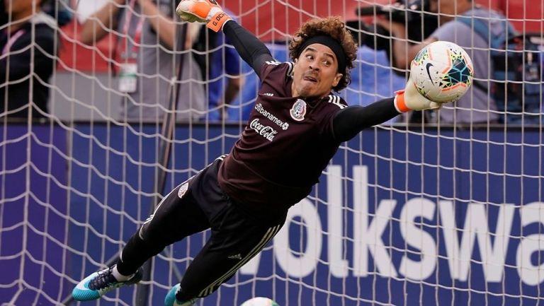 Guillermo Ochoa en un calentamiento con la Selección