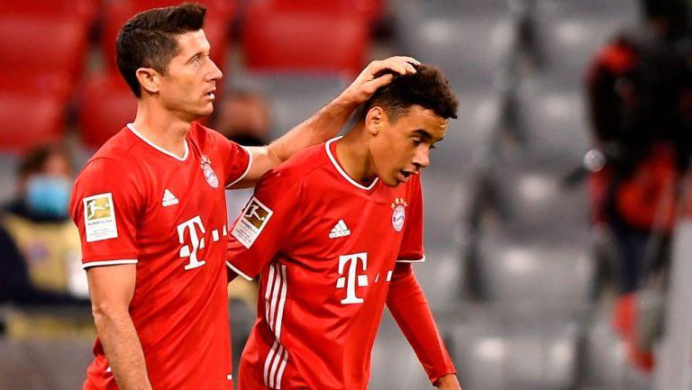 Lewandowski y Musiala durante un duelo con el Bayern Munich