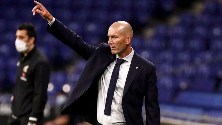 Zidane da indicaciones durante un duelo del Real Madrid