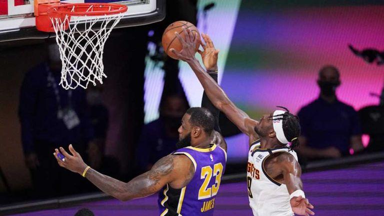 LeBron James en acción contra los Denver Nuggets