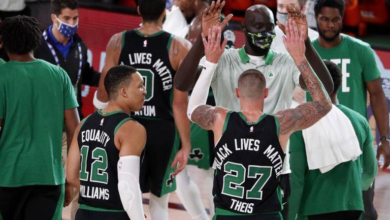Jugadores de Celtics festejan la victoria