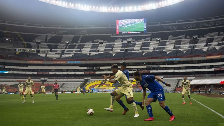 Jugadores de Cruz Azul y América en la disputa del balón