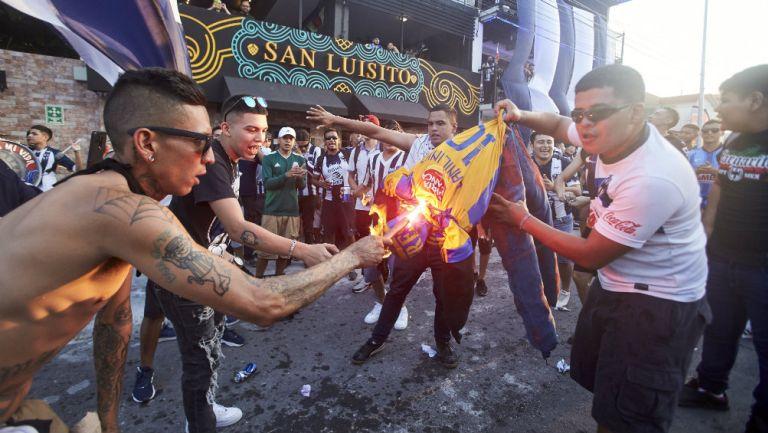Clásico Regio: Afición de Monterrey quemó muñeco con playera de Tigres