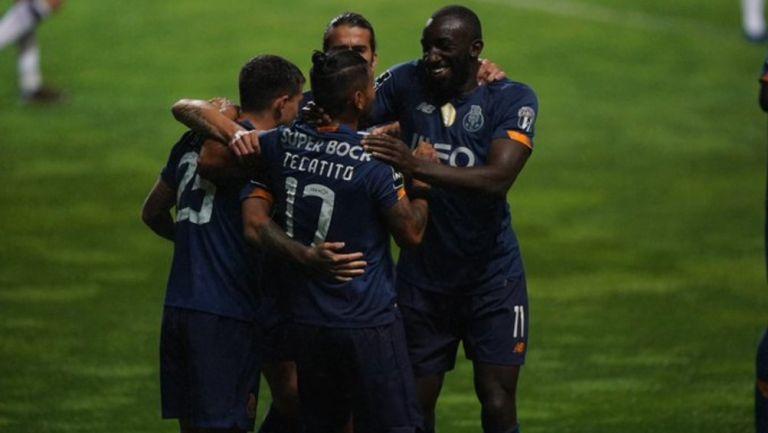 Corona y sus compañeros celebran gol ante Boavista