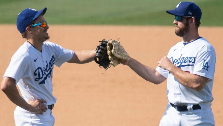 Jugadores de los Dodgers festejan en un partido