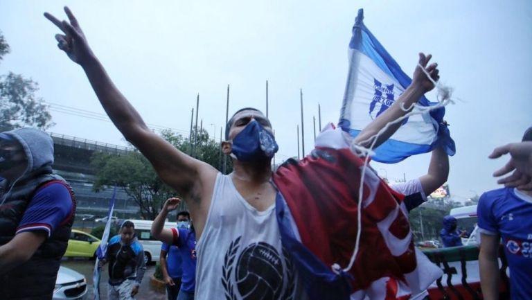 Seguidores de Cruz Azul frente al hotel de concentración