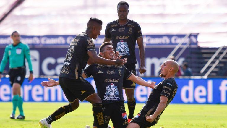 Jugadores de León celebran gol ante Atlético de San Luis