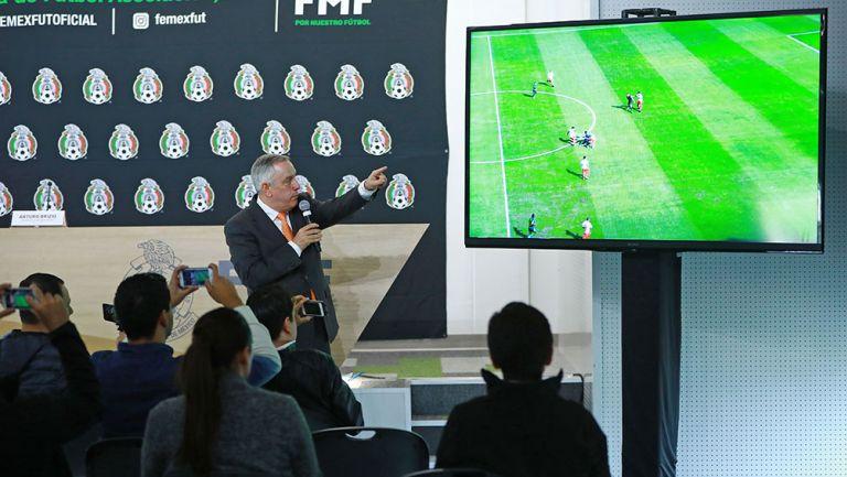 Arturo Brizio en conferencia de prensa