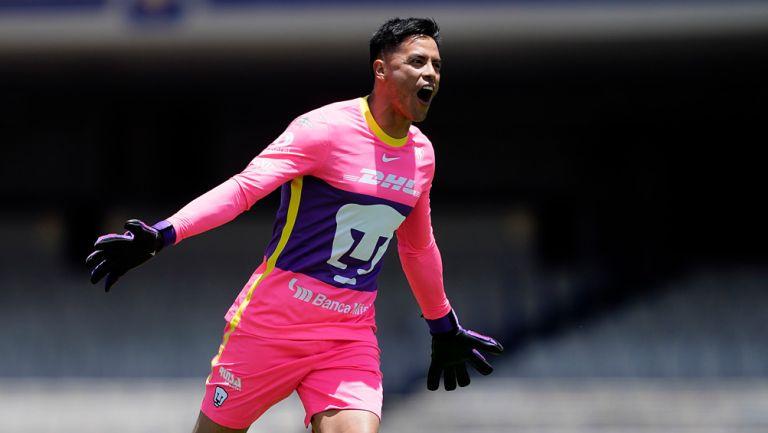 Alfredo Talavera fester un gol de Pumas en CU