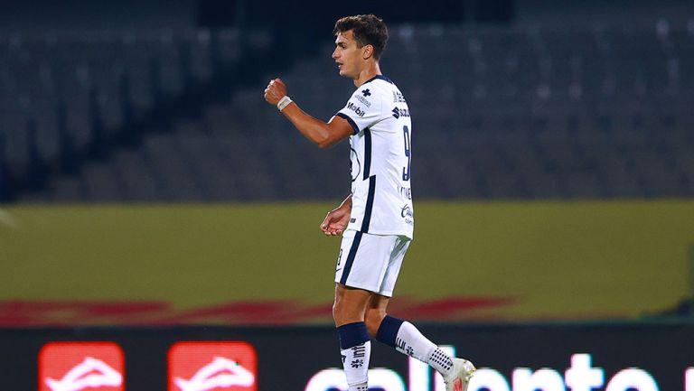 Juan Ignacio Dinenno festeja un gol con Pumas