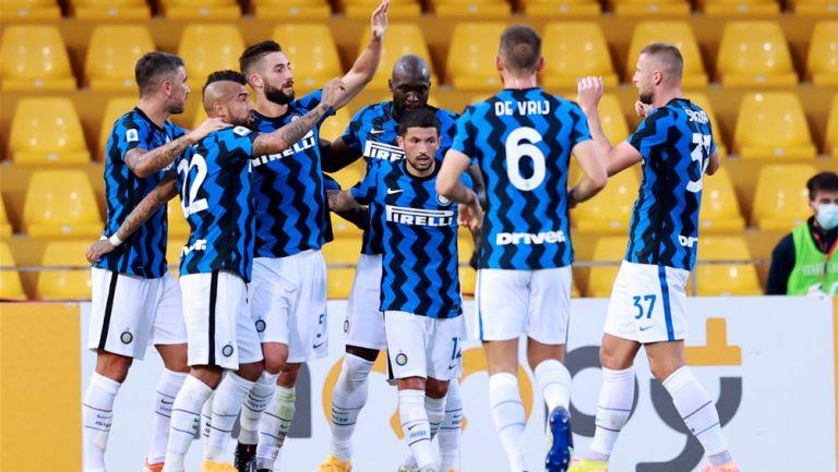 Jugadores del Inter festeja una anotación con Lukaku