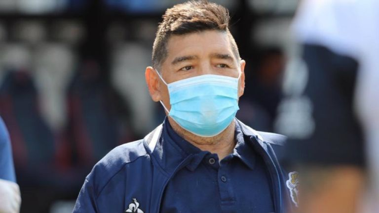 Maradona: El DT de Gimnasia y Esgrima apareció con particulares medidas sanitarias ante Covid-19
