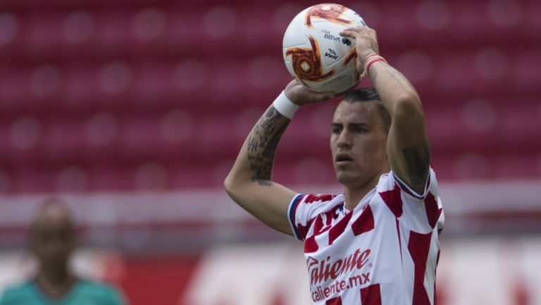 Calderón, en un saque de banda con Chivas