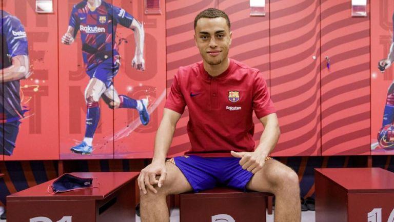 Sergiño Dest posa en el vestidor del Barcelona