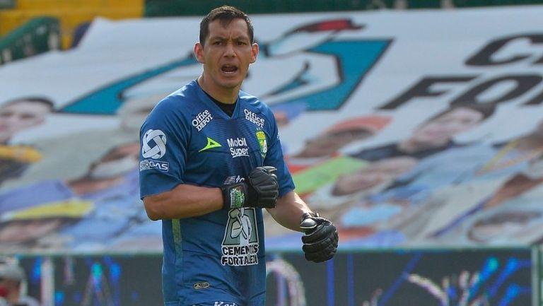 Rodolfo Cota durante un partido