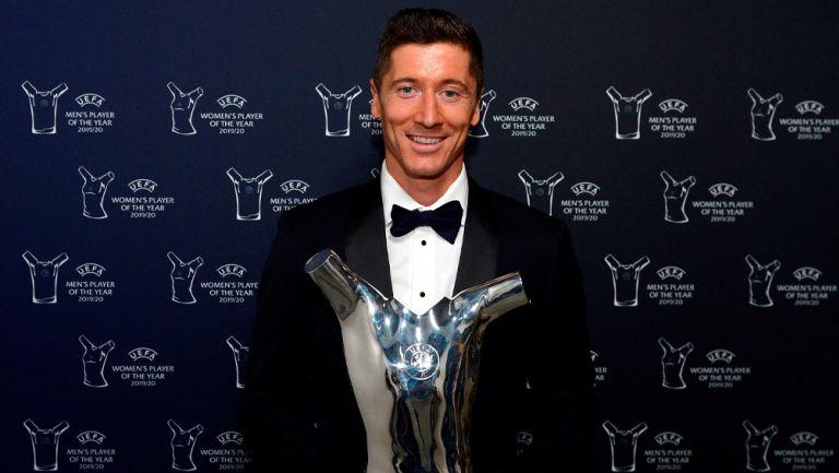 Robert Lewandowski posa con el trofeo de la UEFA