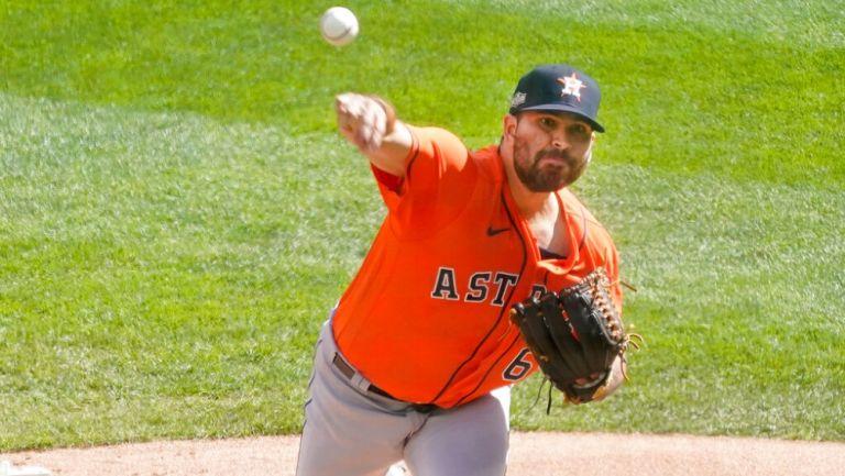 José Urquidy durante un partido con los Astros