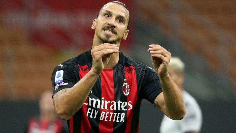 El delantero sueco Zlatan Ibrahimovic en acción con Milan