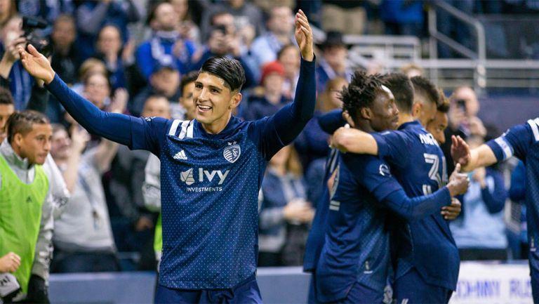 Alan Pulido festeja un gol con Kansas City