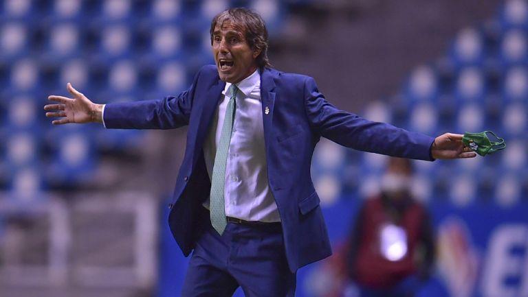 Guillermo Almada reclama una jugada al árbitro