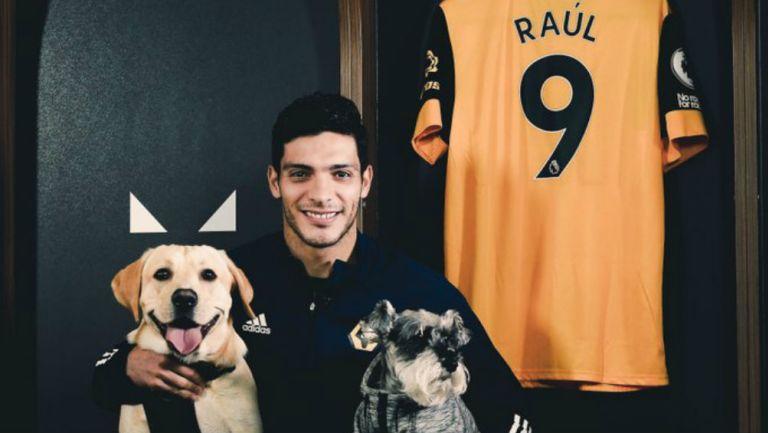 Raúl Jiménez: Grupo inglés celebró su renovación con los Wolves, modificando su canto