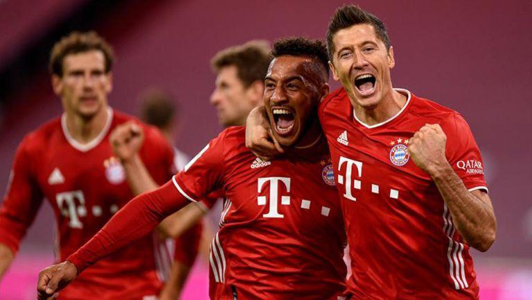 Jugadores del Bayern celebran anotación de la victoria