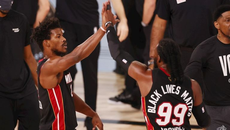 Butler festeja ante los Lakers