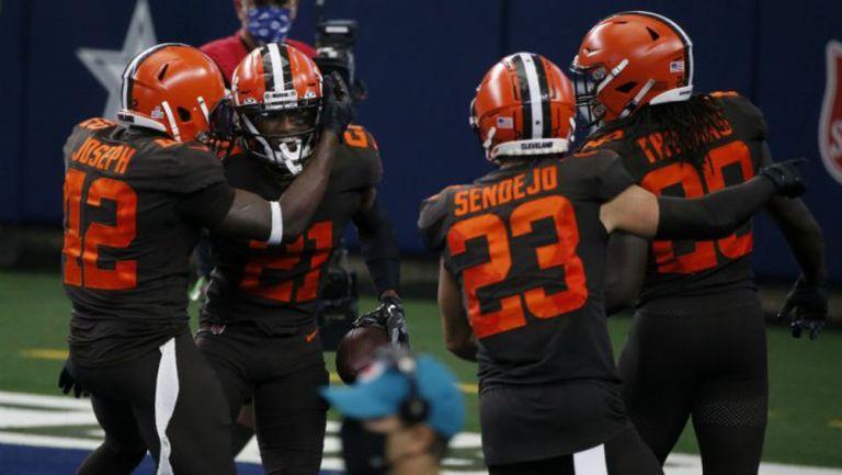 Jugadores de los Cleveland Browns celebran el triunfo ante Dallas
