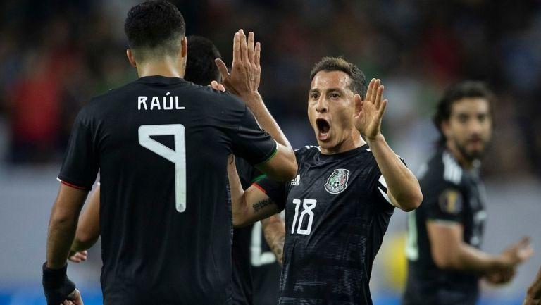 Raúl Jiménez y Andrés Guardado en partido con la Selección