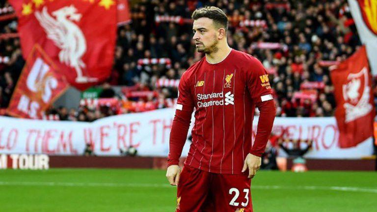 Xherdan Shaqiri durante un duelo con el Liverpool