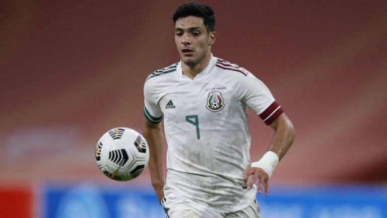 Raúl Alonso Jiménez en acción con Selección