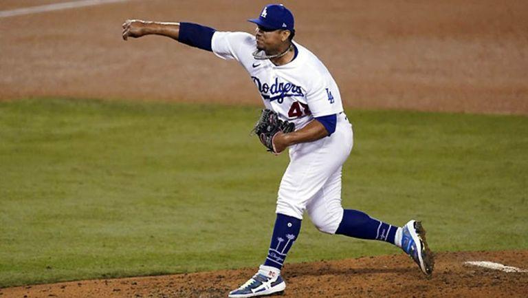 Brusdar Gratero lanza una bola en juego de Dodgers